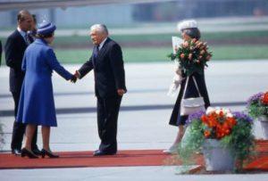 Bundespräsident Chevallaz begrüsst Königin Elizabeth II. auf dem Flughafen Zürich-Kloten, 29. April 1980. Foto: Philippe Dutoit © StAAG/RBA